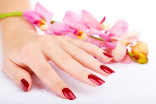 Φυσικοί τρόποι να ξεβάφετε τα νύχια σας