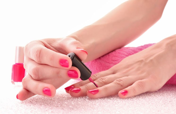 Πανεύκολα μυστικά για να αποφύγετε να βάψετε τα πετσάκια γύρω από τα νύχια σας (1)