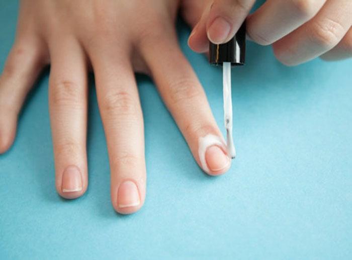 Πανεύκολα μυστικά για να αποφύγετε να βάψετε τα πετσάκια γύρω από τα νύχια σας (3)