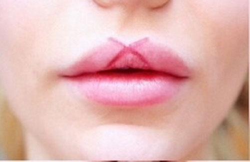 Απλό τρικ για τέλειο σχήμα κραγιόν στα χείλη (2)