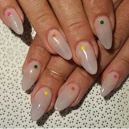 Minimal dot nails: Το πανεύκολο κορυφαίο trend στα νύχια (3)