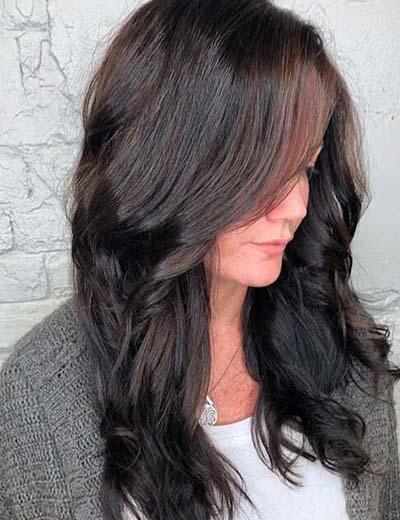 Σκούρα καστανή βάση μαλλιών και ανταύγειες από σοκολατί απόχρωση