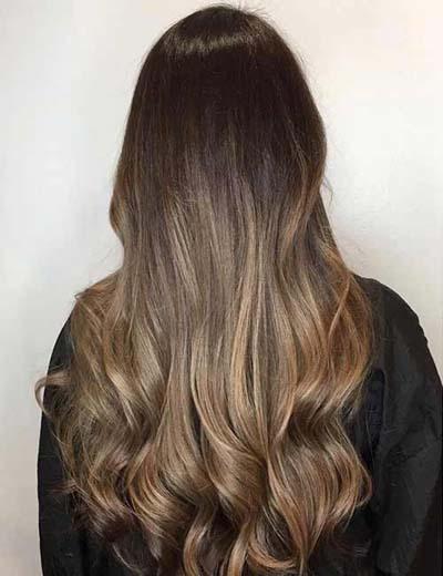 Ombre καστανά μαλλιά με σκούρες ρίζες και ανοιχτόχρωμες άκρες