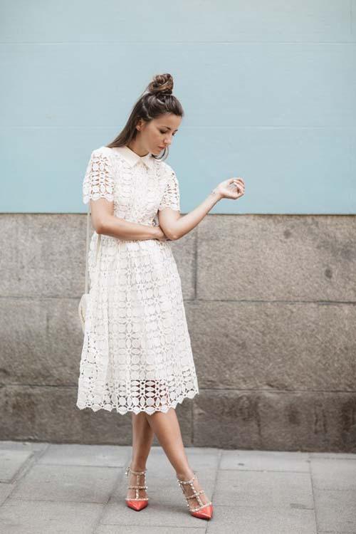 4309d722931f Τι παπούτσια και τι αξεσουάρ συνδυάζονται υπέροχα με ένα δαντελωτό φόρεμα