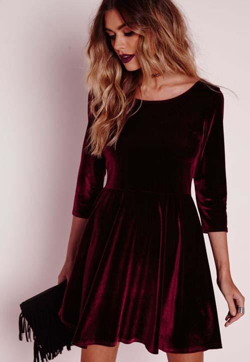 b759b81b4b0f Μίνι βελούδινο μπορντώ φόρεμα με μανίκια 3 4 και μαύρη τσάντα με κρόσσια