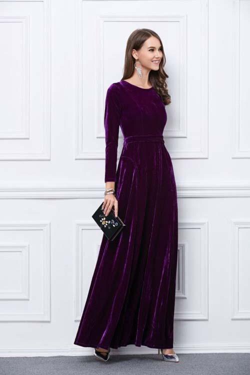 31b3062082e2 Κομψό βελούδινο βραδινό φόρεμα με ασημένιες γόβες και μαύρο clutch τσαντάκι