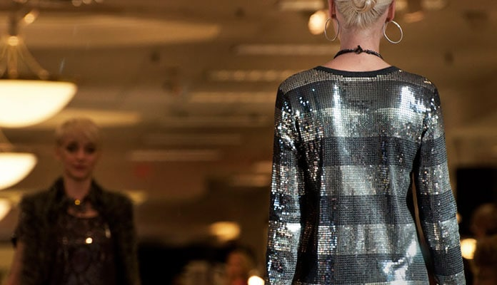 b00e59f631d Πως να φορέσετε παγιέτες: Όμορφοι συνδυασμοί με φούστα, φόρεμα και ...