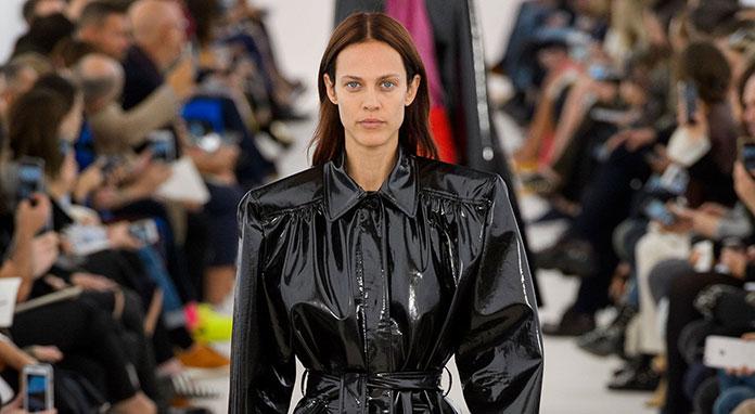 Εξίσου όμως διαδεδομένο είναι και το ντύσιμο με γιλέκο ή μπουφάν μέσα από  παλτό. Πανωφόρια με τετράγωνες βάτες ff28041dda8