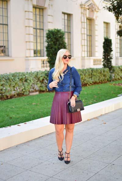 Casual chic σύνολο με τζιν πουκάμισο, κοντή δερμάτινη μπορντό φούστα με πλισέ ύφασμα και μαύρα παπούτσια