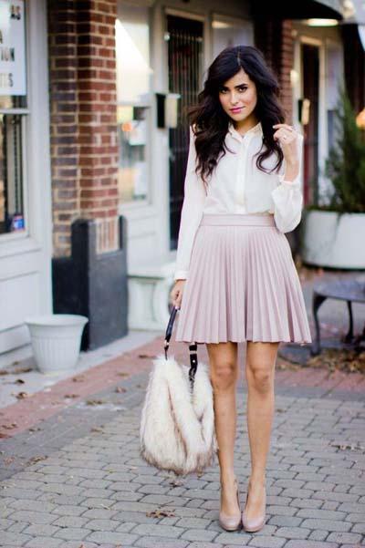 Κομψό ντύσιμο για το γραφείο με νουντ πλισέ ροζ φούστα μέχρι το γόνατο, λευκό πουκάμισο, nude γόβες και άσπρη τσάντα