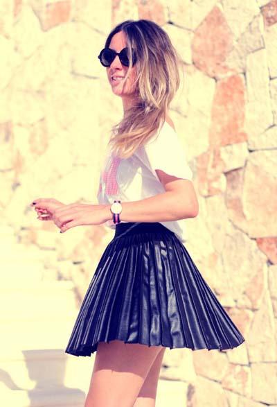 Μίνι δερμάτινη πλισέ μαύρη φούστα με λευκό t-shirt για sport chic εμφανίσεις