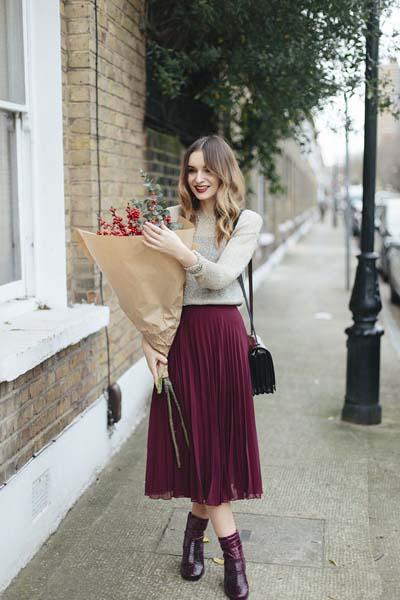 Κάζουαλ φθινοπωρινό - χειμωνιάτικο σύνολο με πουλοβεράκι μπεζ, μπορντό μίντι φούστα από πλισέ ύφασμα, μαύρη τσάντα και μπορντό μποτάκια