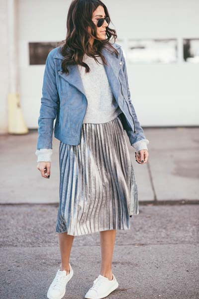 Sport casual chic outfit με γκρι μπλουζάκι, γαλάζιο δερμάτινο μπουφάν, πλισέ ασημί μίντι φούστα και sneakers