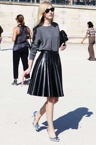 Chic ντύσιμο για το γραφείο ή τη βραδινή έξοδο με γκρι μπλούζα, δερμάτινη πλισέ μίντι φούστα και ασημί γόβες