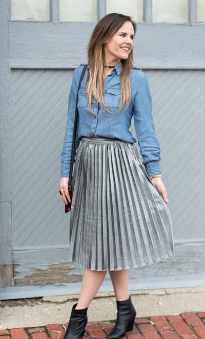 Ντύσιμο με τζιν πουκάμισο, ασημί φούστα μίντι πλισέ και μαύρο μποτάκια