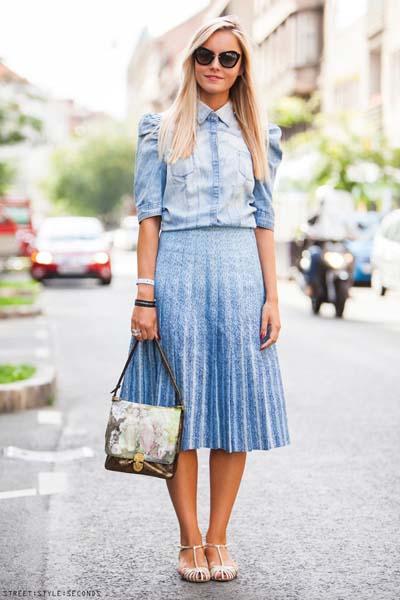 Κομψό καθημερινό ντύσιμο με τζιν πουκάμισο και φουσκωτούς ώμους, γαλάζια μίντι πλισέ φούστα και άσπρα πέδιλα