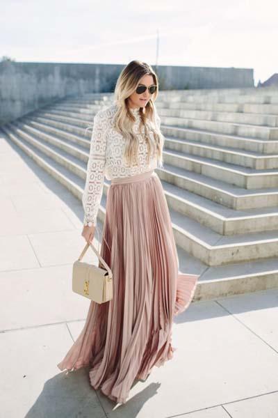 Βραδινό ντύσιμο για ποτό ή γάμο με ροζ πλισέ μακριά φούστα, άσπρο δαντελωτό μπλουζάκι και νουντ τσάντα