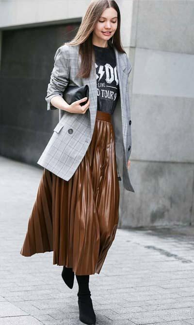 Casual chic ντύσιμο με μακρύ oversized καρό σακάκι, μαύρο T-shirt, καφέ δερμάτινη μακριά πλισέ φούστα και μαύρη τσάντα
