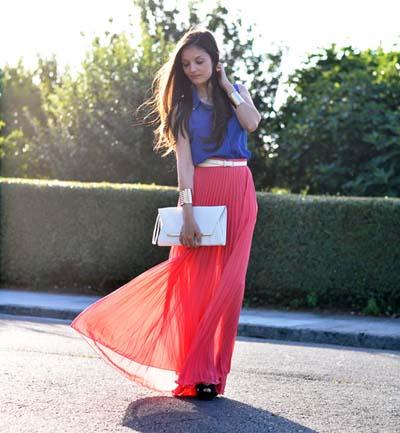 Καλοκαιρινή πλισέ κοραλί φούστα μακριά με μπλε τοπ, άσπρη τσάντα φάκελο, λεπτή ζώνη στη μέση και μαύρα πέδιλα
