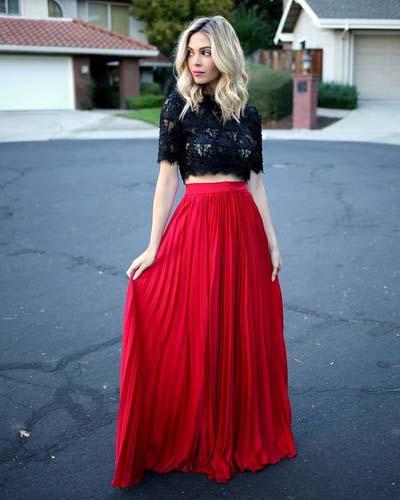 Ντύσιμο για γάμο με πλισέ φούστα μακριά σε κόκκινο χρώμα και δαντελωτό μαύρο crop top μπλουζάκι