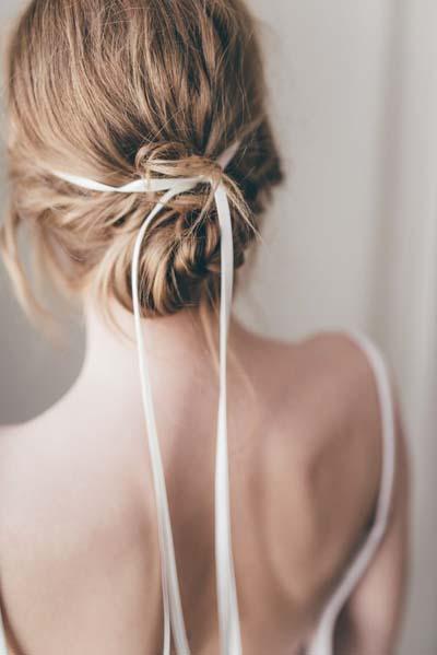 Ρομαντικά νυφικά χτενίσματα για μακριά μαλλιά με κορδέλα (1)