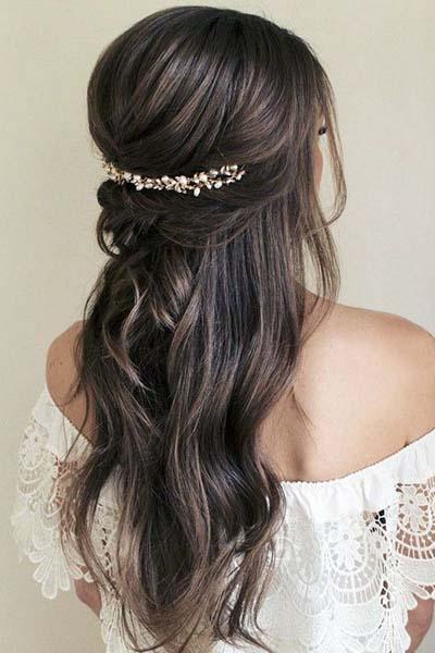 Ρομαντικά χτενίσματα για μακριά μαλλιά με πιασίματα σε γάμο (4)