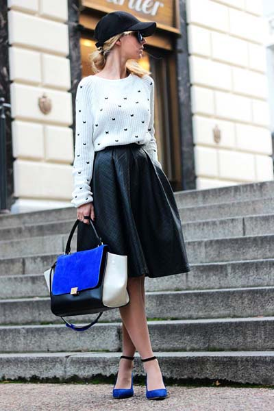 Casual chic ντύσιμο με μαύρη δερμάτινη κλος midi φούστα