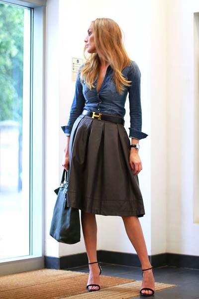 Τζιν πουκάμισο σε συνδυασμό με καφέ δερμάτινη φούστα μέχρι το γόνατο