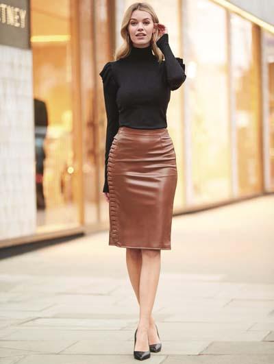 Καμηλό pencil μίντι δερμάτινη φούστα με μαύρη μπλούζα
