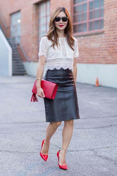 Κομψό ντύσιμο με μαύρη δερμάτινη φούστα και δαντελένιο top