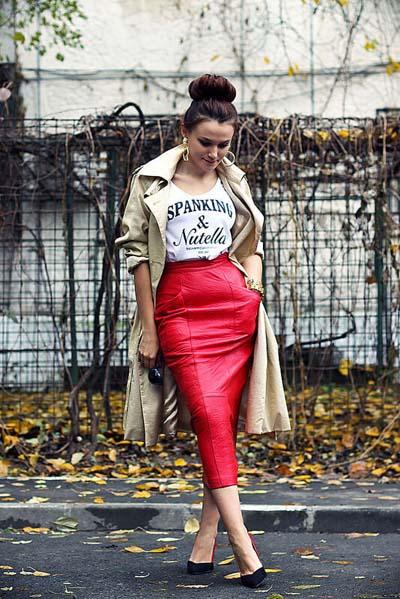 Κόκκινη midi pencil φούστα από δέρμα με T-shirt και καμπαρντίνα