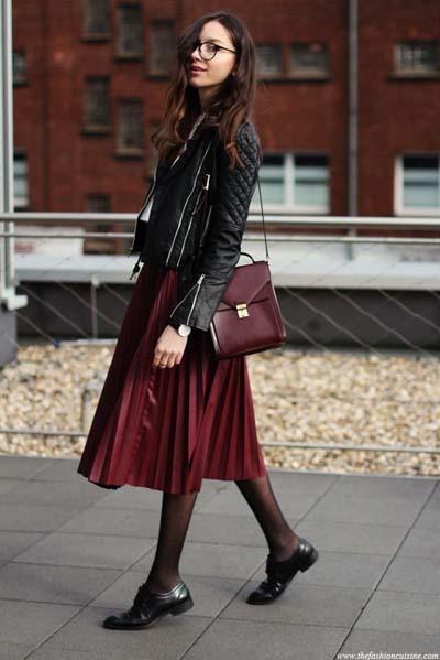 Σκούρα κόκκινη πλισέ δερμάτινη φούστα με biker jacket