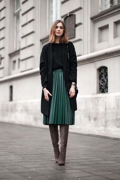 Πράσινη πλισέ δερμάτινη μίντι φούστα με μαύρη μπλούζα