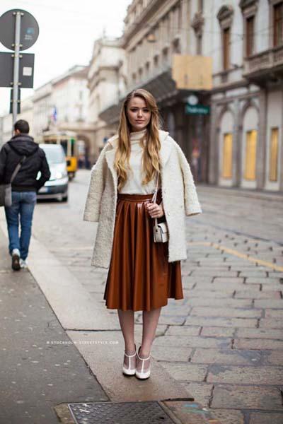 Καμηλό δερμάτινη πλισέ φούστα μέχρι το γόνατο με μπεζ top και παλτό