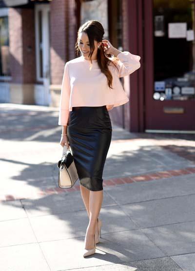 Κομψό ντύσιμο για το γραφείο με μαύρη δερμάτινη στενή φούστα και ροζ αέρινο μπλουζάκι