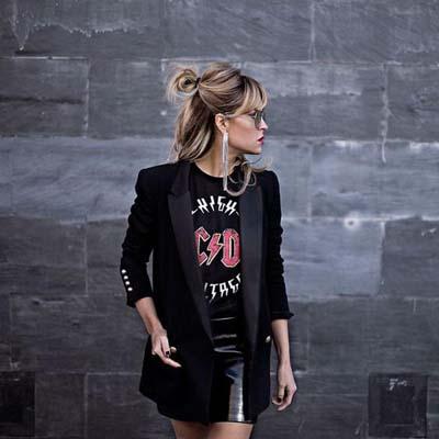 Rock style ντύσιμο με μίνι μαύρη δερμάτινη φούστα, σακάκι και t-shirt με στάμπα