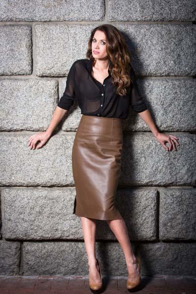 Καφέ-μπεζ pencil ψηλόμεση φούστα με μαύρο πουκάμισο από διαφάνεια
