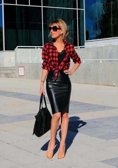Rock chic συνδυασμός με μαύρη μίντι pencil φούστα και καρό πουκάμισο