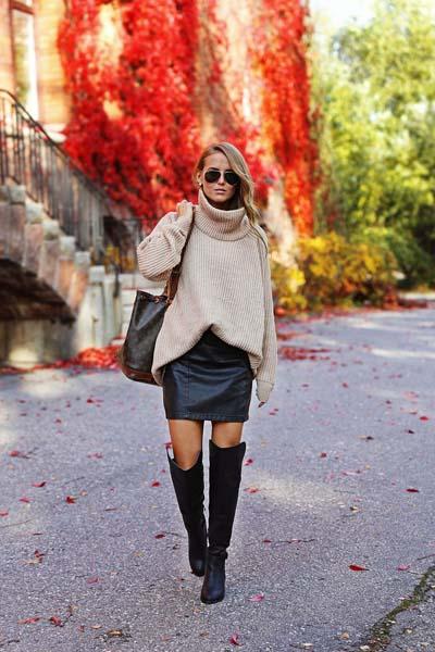 Casual ντύσιμο με μίνι δερμάτινη φούστα και oversized πουλόβερ