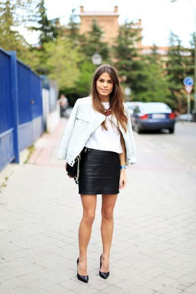 Βραδινό σύνολο με μίνι μαύρη δερμάτινη φούστα και λευκό δερμάτινο μπουφάν