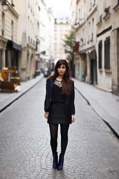 Total black outfit με μαύρη καπιτονέ μίνι δερμάτινη φούστα