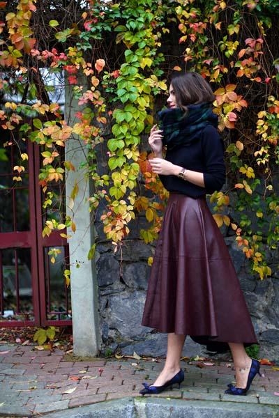 Μπορντό ασύμμετρη δερμάτινη midi κλος φούστα με μαύρη μπλούζα