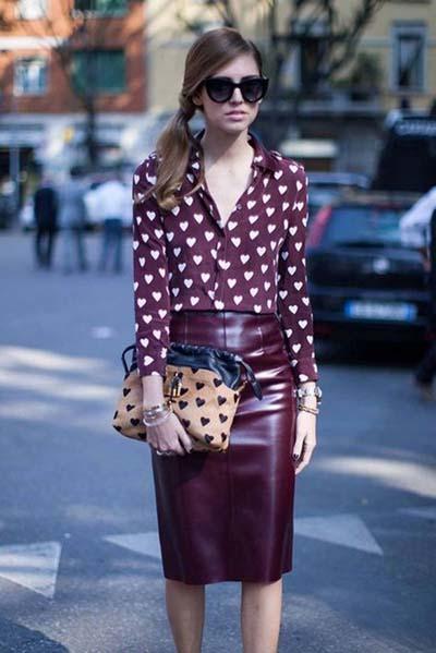 Σύνολο με μπορντό στενή pencil φούστα και πουά πουκάμισο