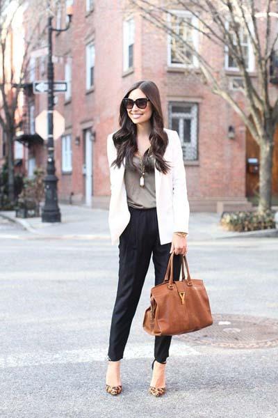 Casual chic ντύσιμο γραφείου με μαύρο υφασμάτινο παντελόνι