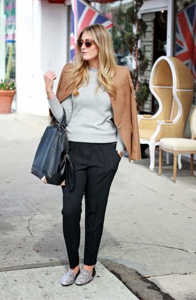 Καθημερινός συνδυασμός με μαύρο παντελόνι και πουλόβερ