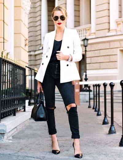 Ροκ chic ντύσιμο με μαύρο σκισμένο τζιν και λευκό σακάκι