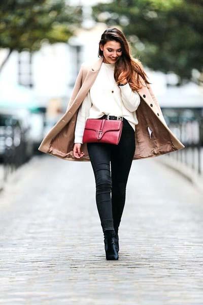 Κάζουαλ σύνολο με μαύρο τζιν πουλόβερ και ankle boots