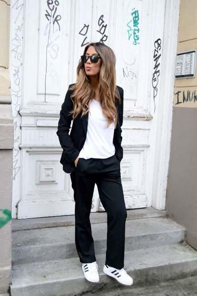 Κάζουαλ ντύσιμο με μαύρο κουστούμι και sneakers