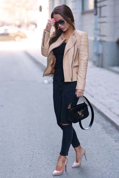 Βραδινό ντύσιμο με biker jacket και μαύρο σκισμένο τζιν