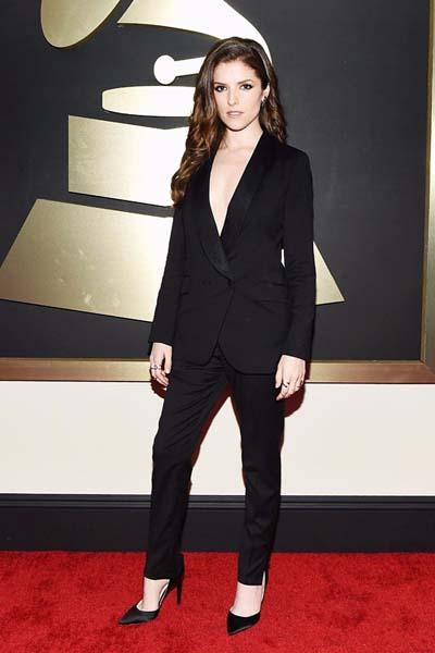 Chic outfit με γυναικείο κοστούμι χωρίς μπλούζα